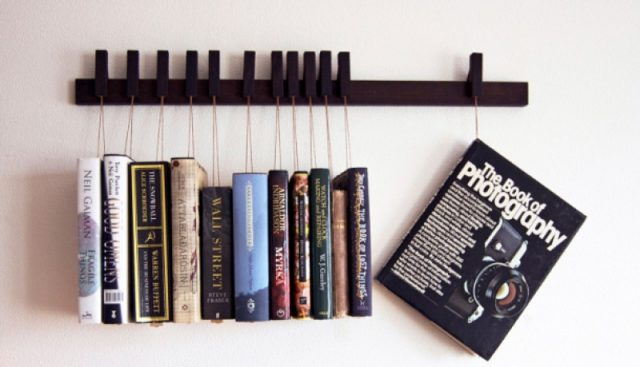 Другой пример полки с закладками для книг