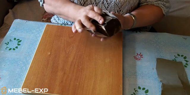 Брусок обмотан наждачной бумагой