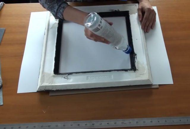 Клей наносится на внутренний бордюр