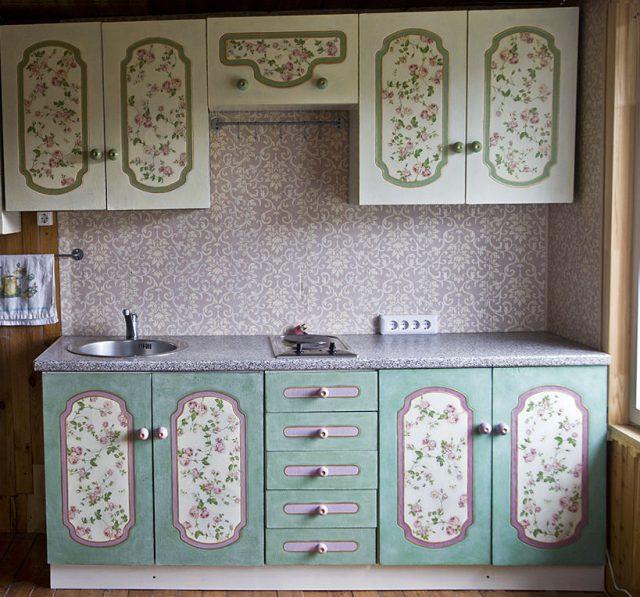 Кухню тоже можно украсить своими руками при помощи салфеток для декупажа