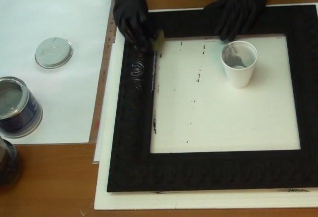 Нанесение серебристой краски губкой