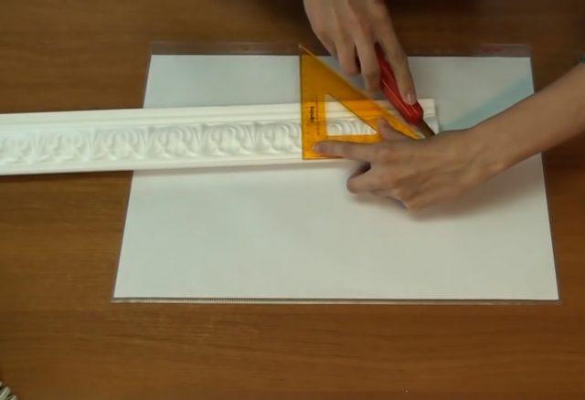 Обрезка потолочного багета