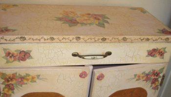Старая мебель, декорированная с помощью техники «декупаж»