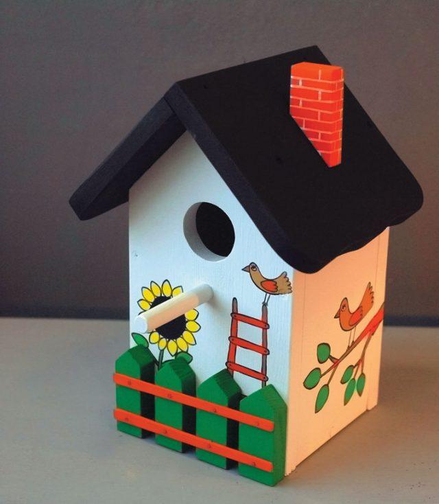 Самодельный скворечник с двускатной крышей