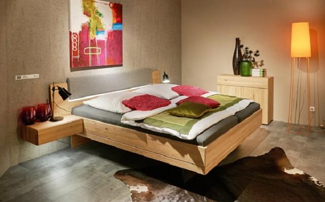 Нередко парящая кровать дополняется расширенным и усиленным изголовьем, которое можно дополнить полками, тумбой под торшер или ноутбук – это расширяет функционал мебели и вместе с тем добавляет ей устойчивости
