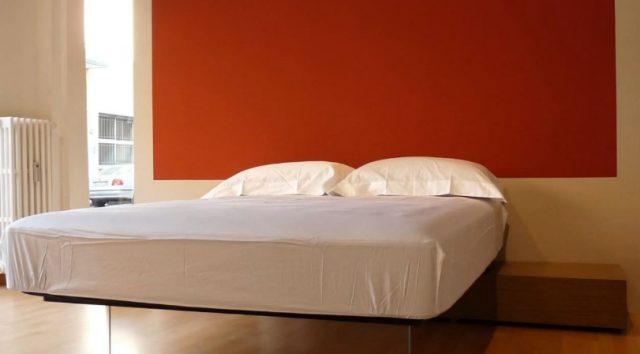 Парящая кровать с прозрачной опорой