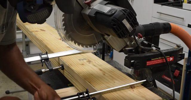 Помимо подготовки инструментов, нарежьте доски на отрезки нужной длины. Быстрее всего это можно сделать с помощью циркулярной пилы и верстака