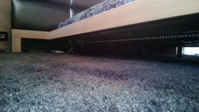 Светодиодная лента поклеена по периметру кровати