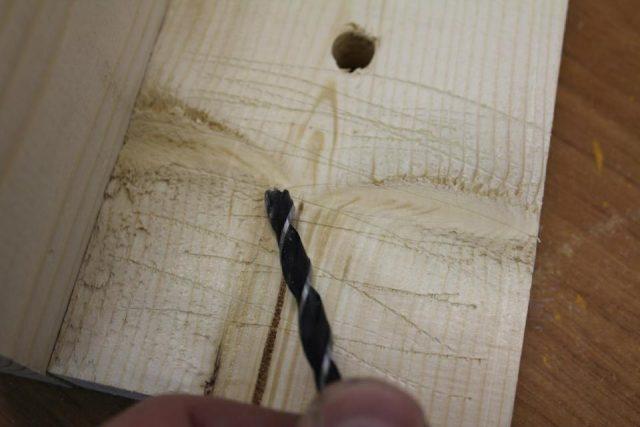 Tolstym-sverlom-delayutsya-nasechki-640x427 Как сделать скворечник своими руками – 7 мастер-классов чертежи!